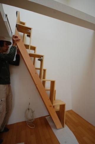 ロフトの階段互い違い階段LXP-typeバーに引っ掛けて取り付けます