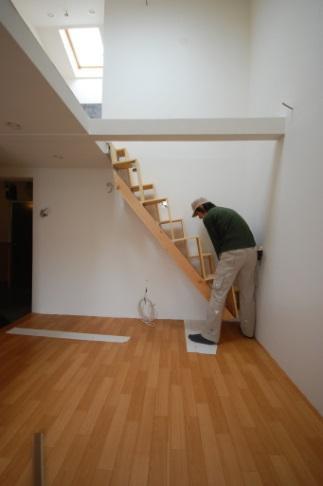 ロフトの階段互い違い階段LXP-type下をすこし持ち上げて完成です。