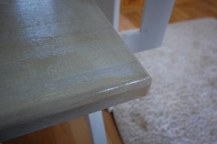 ロフトの階段ホワイトアイアン スマートステップ 段の鬼目ナット埋め込みによる表面にねじ穴が見えない仕様