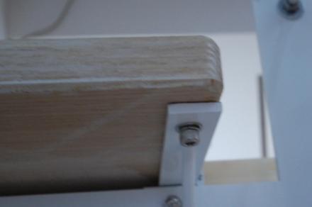 ロフトの階段ホワイトアイアン スマートステップ 鬼目ナット埋め込みによる表面に見えない仕様の時は裏からキャップネジ