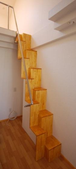 ロフトの互い違い階段ΔE-Type斜め前