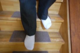 狭い階段をまっすぐ足を乗せると体が不安定になります。