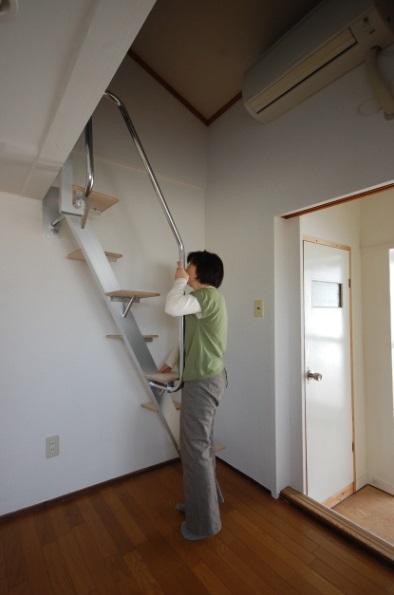 ロフトの階段互い違い階段ロフトくん 掛け金具に付けて取り付ける