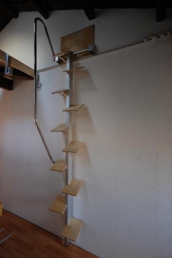 ロフトの階段互い違い階段ロフトくん 壁に立て掛けて置きます。