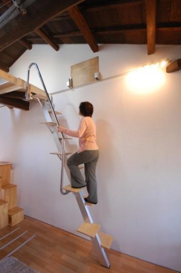 ロフトの階段互い違い階段ロフトくん 上るとき