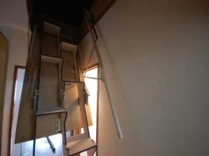 折り畳み互い違い階段伸ばしたところ上部