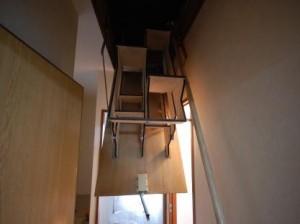 折り畳み互い違い階段開けたところ