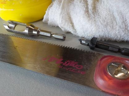 埋め木用道具 左上から木工用ボンド・濡れ雑巾・埋め木製作用具・埋め木穴錐・あさり無しノコギリ