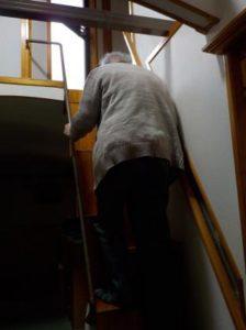 互い違い階段はどのくらいの狭い所でも上れるか 上る時