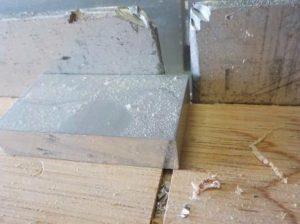 スライド鋸 当て定規に隙間があると被切削材が当たりません
