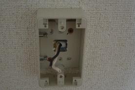電気コンセントの遮音 外付け型の電気コンセントを取り付けます