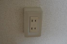 電気コンセントの遮音 外付け型電気コンセント