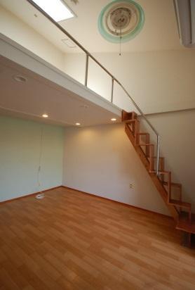 ステンレス手すりで階段からロフトまで一体の手すりです。