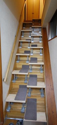 段違い階段の説明 下からの写真