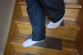 狭い階段は、ふくらはぎが当たりますが足を段に斜めに載せてかろうじて下ります。