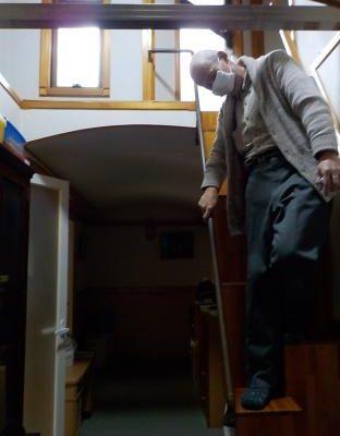 互い違い階段はどのくらいの狭い所でも上れるか 降りる時