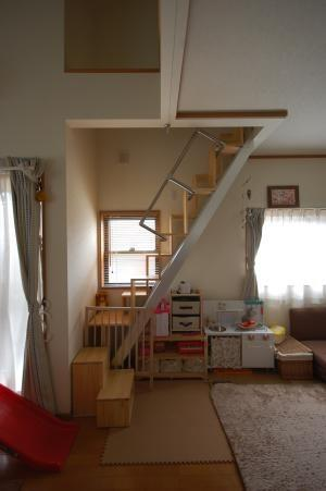 互い違い階段13段折れ階段下に防護柵