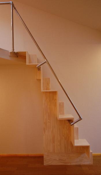 ロフトの互い違い階段の施工例2正面