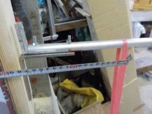 折り畳み互い違い階段の手すり取付根元 ステンレスアングルを用いる場合