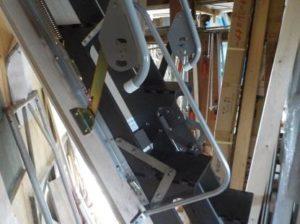 折り畳み互い違い階段の手すり取付