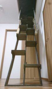 折り畳み互い違い階段施工例千葉県ちばっしー様 下から見上げたところ