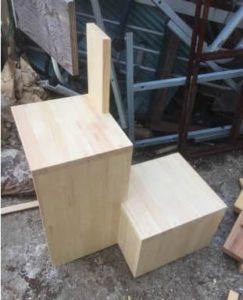 互い違い家具階段 分割の最下段組み立て中
